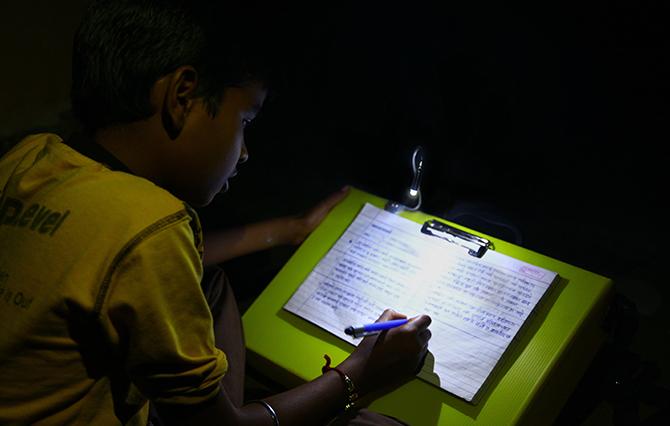 LED書包也可以變書桌