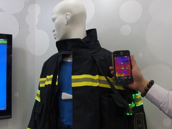 消防衣黃色警示條配有 LED 燈強化效果