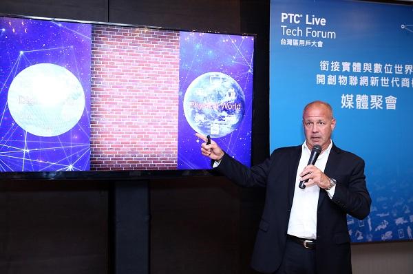 PTC亞太業務資深副總裁James Pappas  分享數位與實體世界銜接概念。