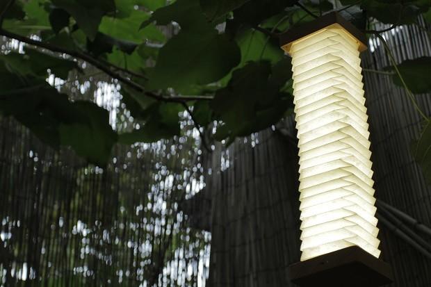 這盞LED燈使用對環境友善的材質製成,涵括經過認證的木材外殼、耐熱的NOMEX紙材(杜邦)以及LED燈。