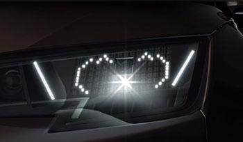 透過顏文字 (kaomoji) 的方式顯示於車用 LED 頭燈上,讓其他用路人一目瞭然。