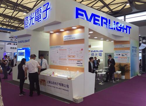 億光電子工業股份有限公司在上海國際LED展上展出顯示屏、照明、紅外等元件,同時在現場展示相對應的燈具及模組。(圖片來源:億光電子)